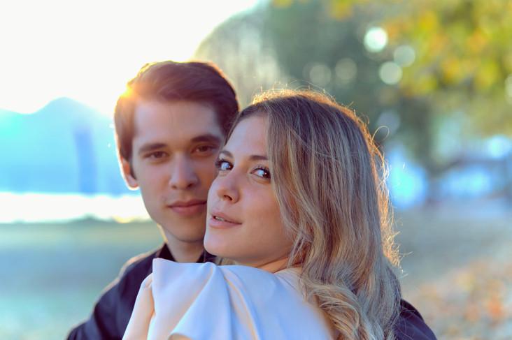 Fidanzati in primo piano al tramonto, servizio di fidanzamento, fotografo di matrimonio