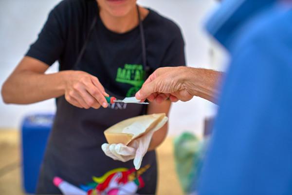 assaggio di formaggio pr fotografo eventi Novarasso il Bi Bene Festival