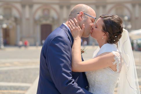 Sposi di profilo che si baciano in piazza ducale a Vigevano, fotografo matrimonio Novara,