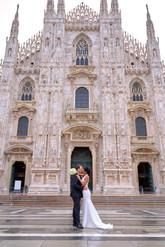 sposi abbracciati in piazza del duomo Milano, fotografo matrimonio Novara,