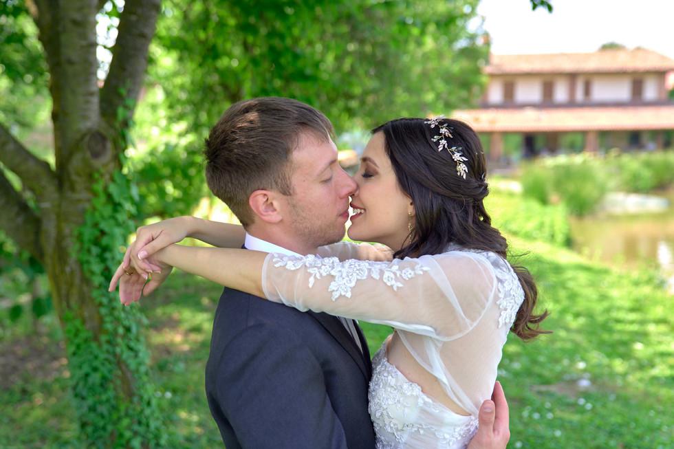 sposa abbracciata allo sposo, bacio, verde, cascina Riazzolo, fotografo matrimonio Novara,