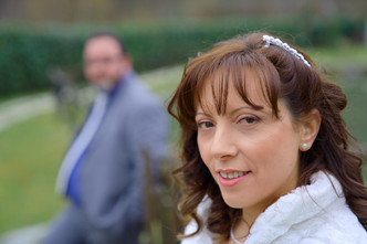ritratto sposa, sposo sfocato sullo sfondo, fotografo matrimonio Novara,