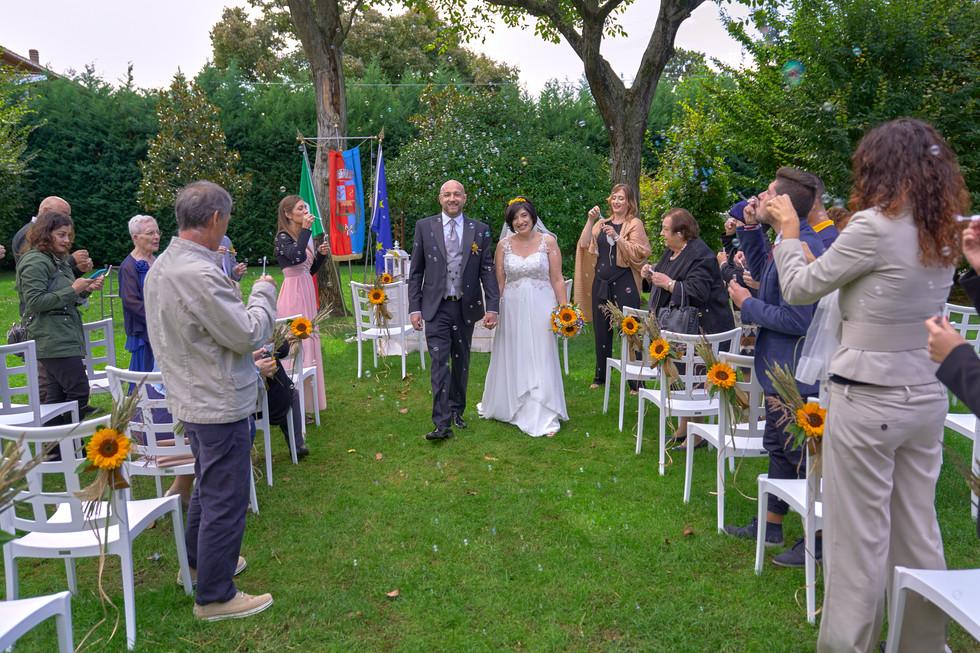 uscita degli sposi, al castello Sillavengo, fotografo matrimonio Novara,