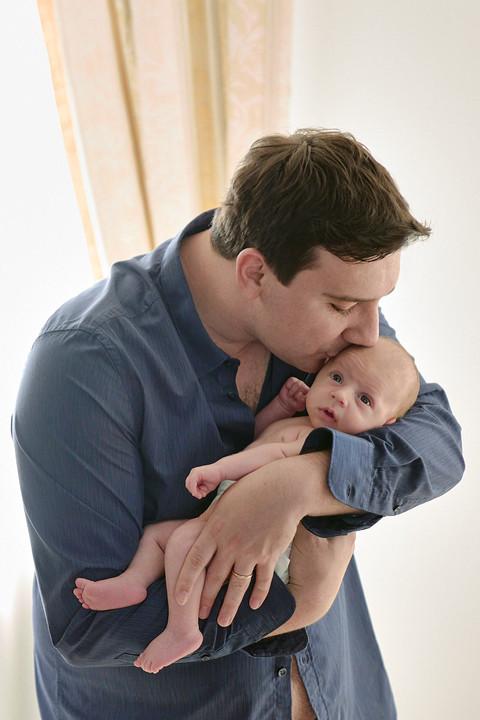 New born photography, foto di famiglia, fotografie neonati, bacio del papà al neonato, neonato, fotografo Novara, Studio Icona Wedding, fotografo matrimonio Novara,