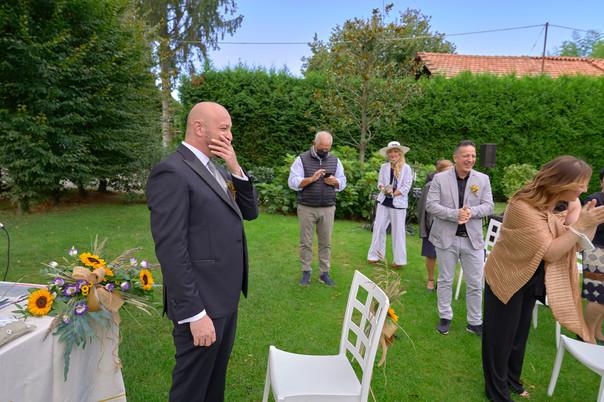 sposo che aspetta ridendo all'altare, fotografo matrimonio Novara,