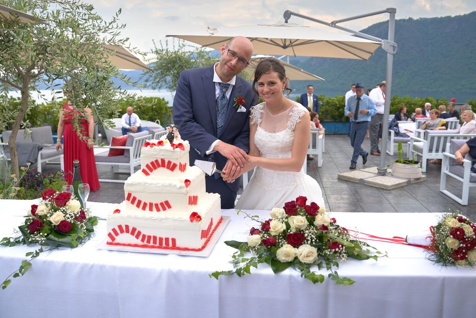 Sposi e taglio della torta, hotel ristorante Giardinetto, fotografo matrimonio Novara,