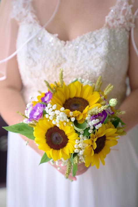 bouquet e abito da sposa, girasoli, fotografo matrimonio,