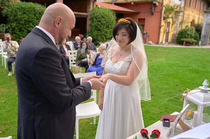 scambio delle fedi, cerimonia civile, al castello Sillavengo, fotografo matrimonio Novara,