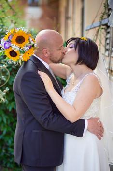 bacio degli sposi, al castello Sillavengo, fotografo matrimonio Novara,