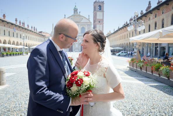 sposi in piazza ducale a Vigevano, carezza sul viso, fotografo matrimonio Novara