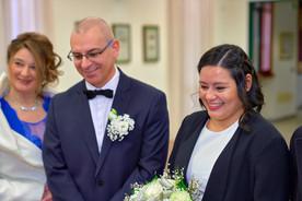 Sposi sorridenti durante la cerimonia civile, fotografo matrimonio Novara,