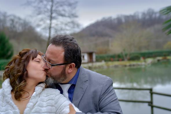 bacio degli sposi, Laghetto della Gelata a Soriso esterni, fotografo matrimonio Novara,