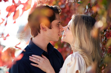 Fidanzati abbracciati tra le foglie autunnali, servizio di fidanzamento, fotografo di matrimonio