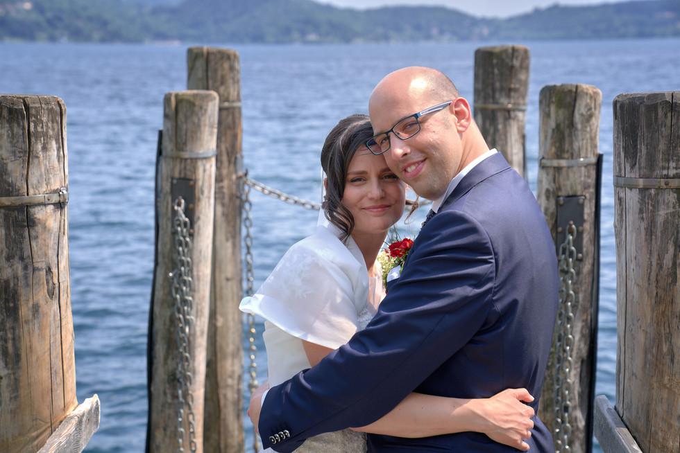 Sposi abbracciati sul pontile, fotografo matrimonio Novara,
