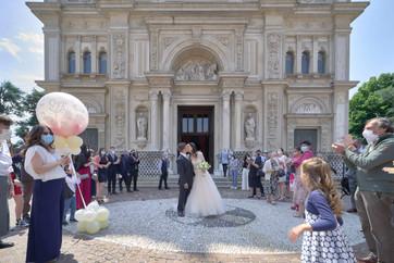 uscita sposi, bacio sul sagrato, basilica San Martino Magenta, fotografo matrimonio Novara,