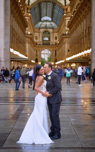 figura intera sposi abbracciati, piazza del duomo Milano, galleria Vittorio Emanuele, fotografo matrimonio Novara,