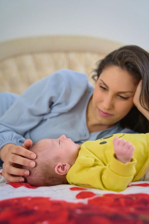 New born photography, foto di famiglia, fotografie neonati, mamma e figlio sul letto, neonato, fotografo Novara, Studio Icona Wedding, fotografo matrimonio Novara,