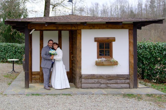 sposi abbracciati sotto porticato casetta, Laghetto della Gelata a Soriso, fotografo matrimonio Novara,