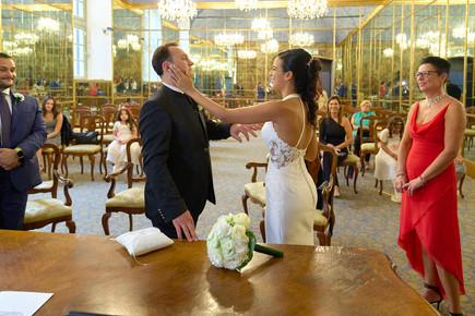 sposa accarezza sposo, sala degli specchi palazzo reale Milano, fotografo matrimonio Novara,