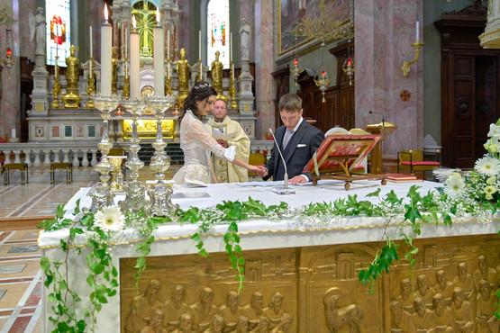 sposi, altare, basilica San Martino Magenta, fotografo matrimonio Novara,