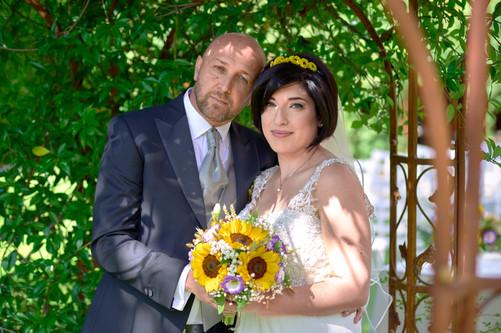 foto agli sposi con bouquet sotto al pergolato, al castello Sillavengo, fotografo matrimonio Novara,
