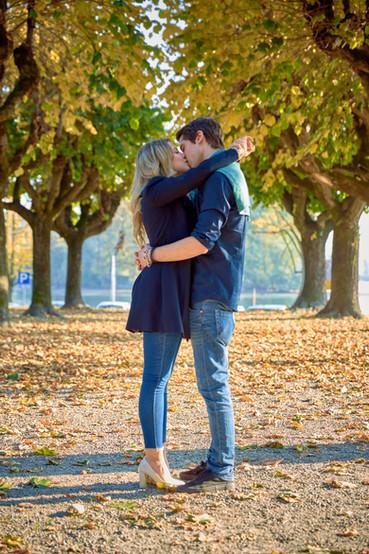 Fidanzati baci e abbracci in piedi sotto gli alberi