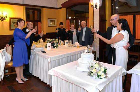 Brindisi degli sposi con gli invitati al ristorante, fotografo matrimonio Novara,