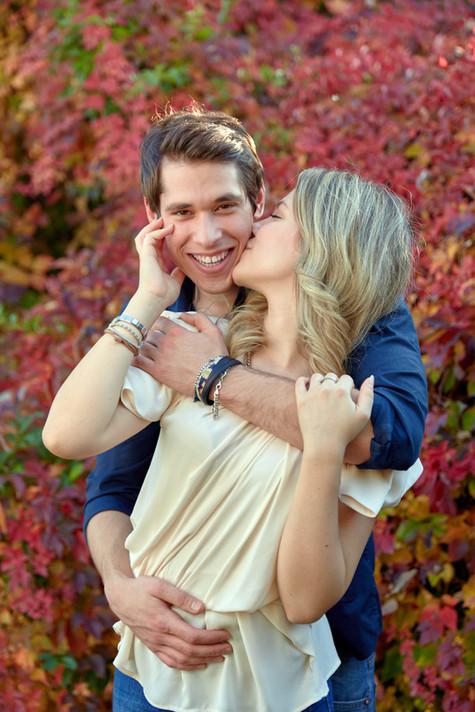 Abbraccio fidanzati innamorati su sfondo di foglie autunnali, servizio di fidanzamento, fotografo di matrimonio