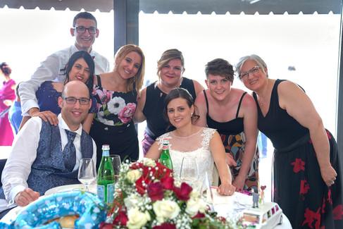 foto di gruppo al tavolo degli sposi, fotografo matrimonio Novara,