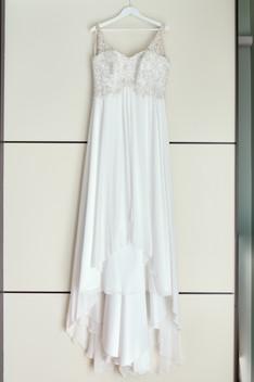 abito da sposa appeso,