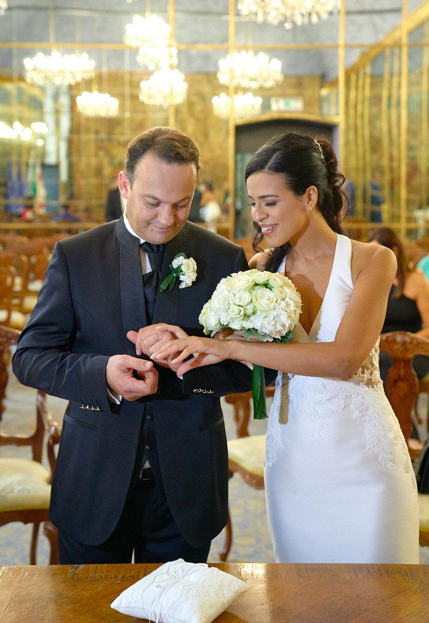 scambio fedi anelli sposi con bouquet, sala specchi palazzo reale Milano, fotografo matrimonio Novara