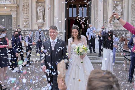 uscita sposi, lancio del riso, coriandoli, basilica San Martino Magenta, fotografo matrimonio Novara,