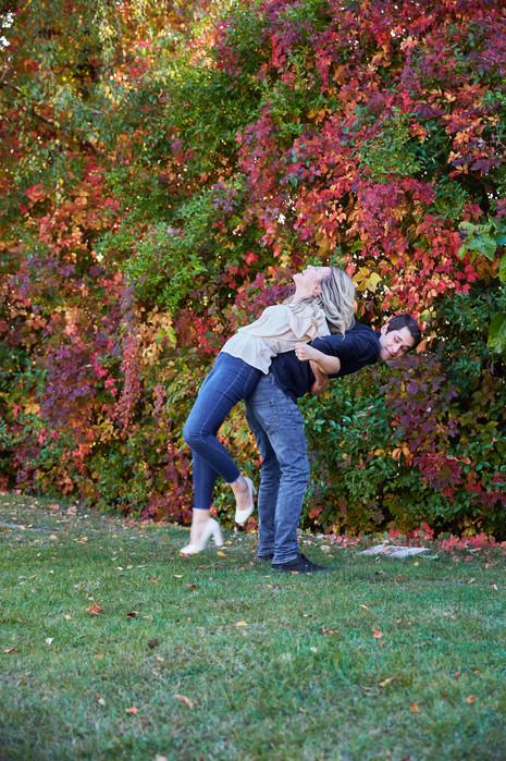 Fidanzati che giocano sull'erba