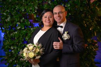 Foto agli sposi vicini con bouquet, notte, fotografo matrimonio Novara,