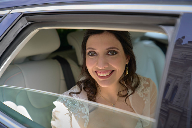 sposa, macchina, sorriso, finestrino, fotografo matrimonio Novara,