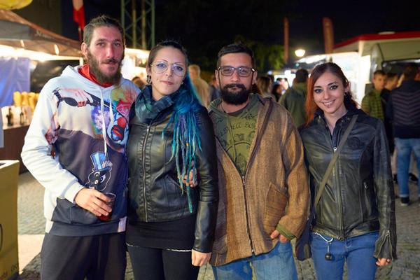 Quattro ragazzi amici street food fotografo eventi Novara