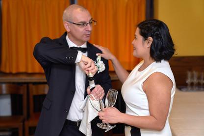 Apertura bottiglia dopo il taglio della torta, fotografo matrimonio Novara,