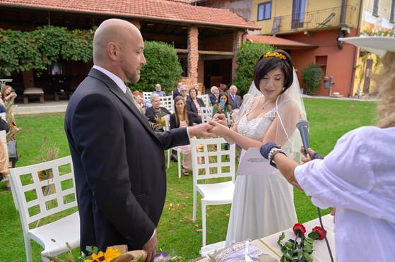 scambio delle fedi, cerimonia civile, sposi al castello Sillavengo, fotografo matrimonio Novara,