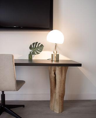 Bureau met stoel en lampje