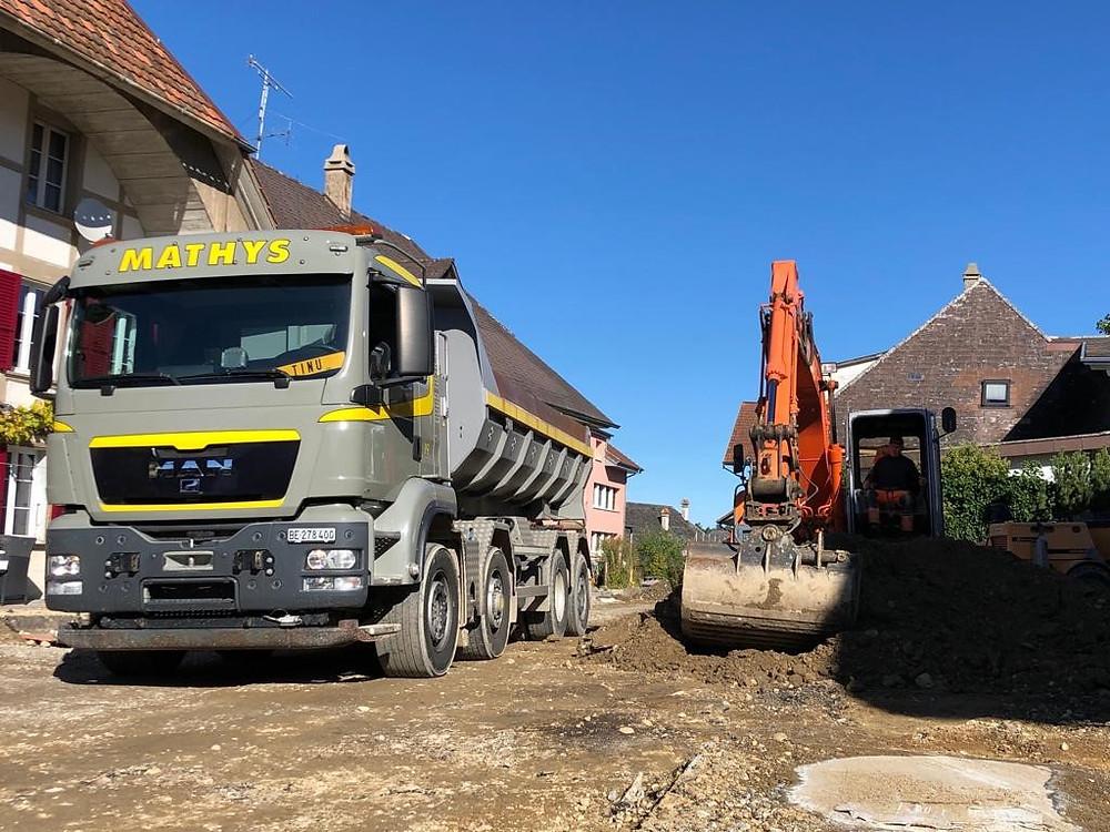 Das Bild zeigt einen Lastwagen auf der Baustelle.