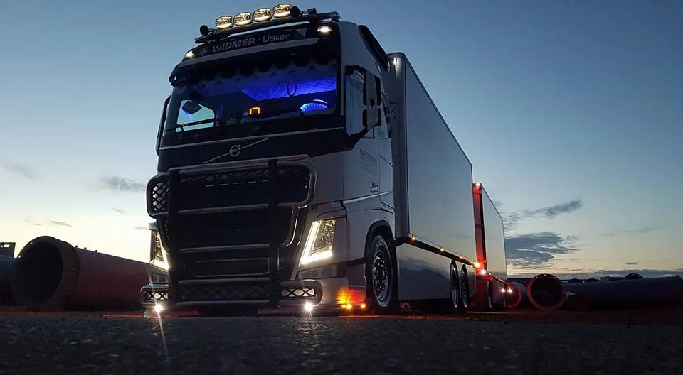 Widmer Lastwagen in der Abenddämmerung