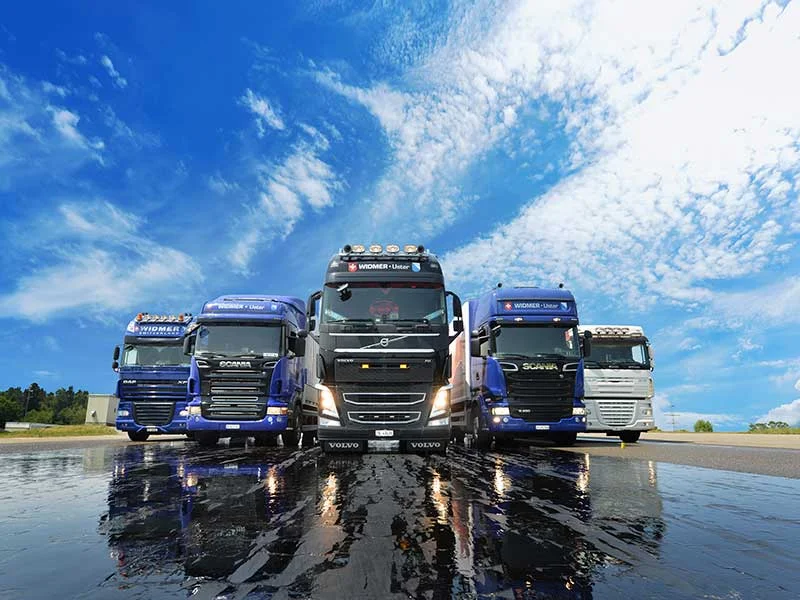 Lastwagen der Transportfirma Widmer Logistics.