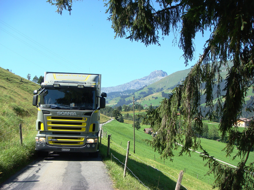 Das Bild zeigt einen Lastwagen im Emmental.