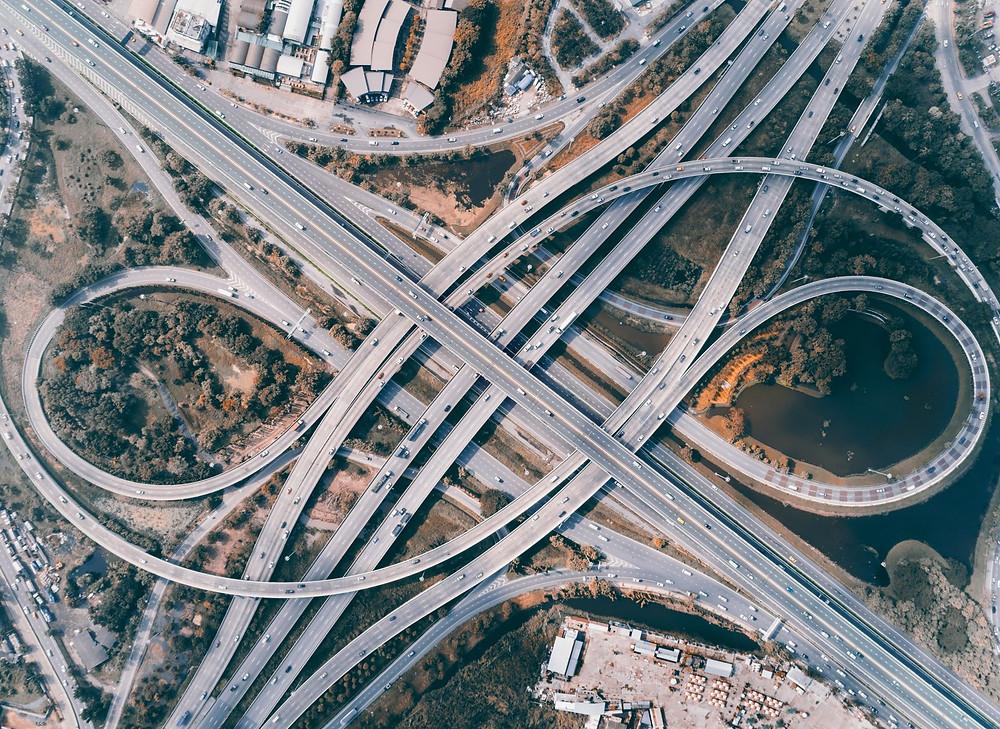 Eine mehrspurige Autobahn von oben.
