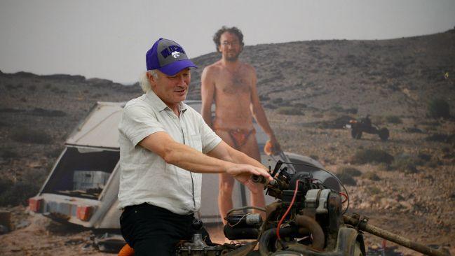 Emile Leray posa encima del ingenio mecánico que le ayudo a sobrevivir en 1993