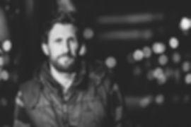 Portrait von Mann in Schwarz Weiß