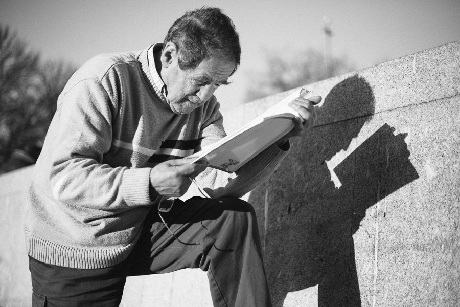 Alter Mann beim lesen