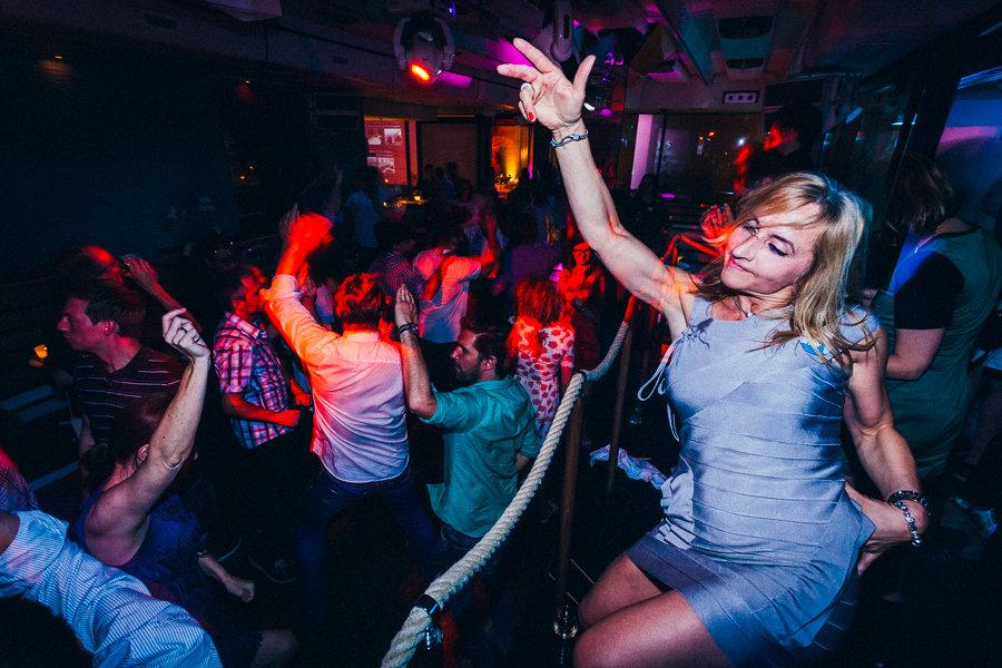 Frau und Tänzerin auf Party des Business-Event in Hamburg der Firma Convista Consulting AG