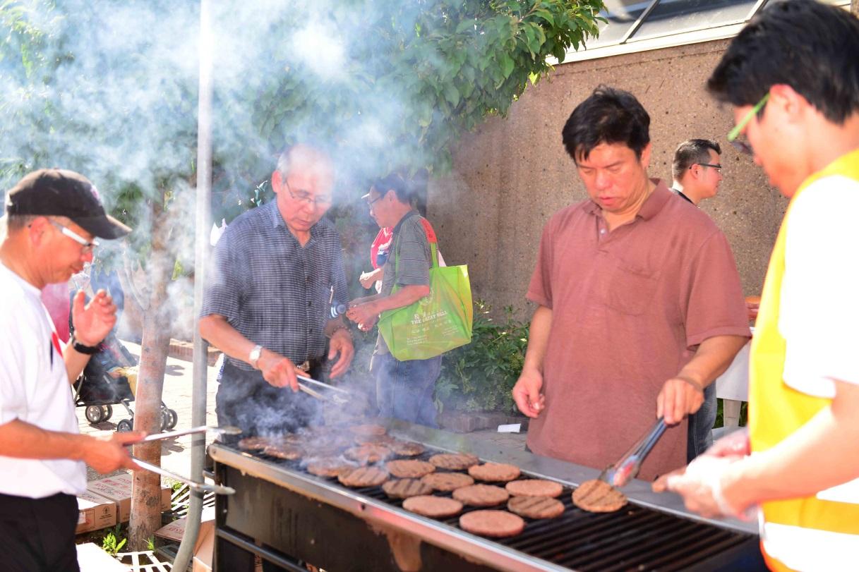 活動現場的工作人員們不辭辛勞的製作漢堡包。