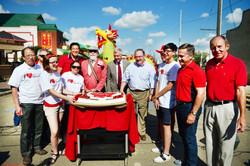 嘉賓們齊切蛋糕慶祝加拿大日,并與所有活動的參與者分享美味蛋糕。